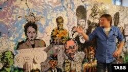 Константин Алтунин у одной из своих картин в Музее власти