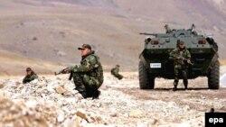 Турецкие военные на охране территории у гор Юксекова, Хаккари, 26 октября 2007