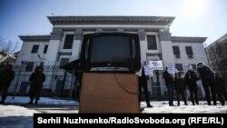 «Лебединое озеро» не расскажет о похищенных в Крыму» (фоторепортаж)