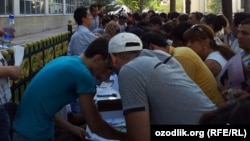 Uzbeks line up for new mobile numbers after the closure of the MTS operator earlier this year.