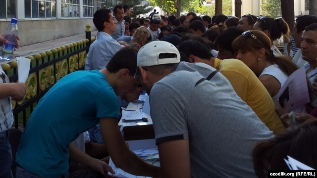 Many Uzbeks have had to queue for long periods as they scramble to get new mobile phone numbers following the suspension of MTS's operating license.