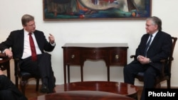 Встреча Эдварда Налбандяна (справа) и Штефана Фюле в Ереване, 10 января 2013 г.
