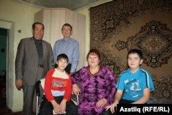 Ренат, Әхтәм Каюмов, Фәрит Хәкимов, апасы Клара һәм туганы Динар белән