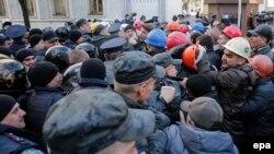 Украинские шахтеры пикетируют здание администрации президента Украины. Киев, 22 апреля 2015 года.