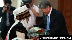 Алмазбек Атамбаев каарман аялдарга сыйлык тапшыруу аземинде, 16-май, 2014-жыл