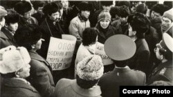 """""""Кыргызстан"""" Демократиялык Кыймылынын өкүлдөрү Фрунзе (азыркы Бишкек) шаарынын Борбордук аянтында нааразылык жыйынын куруп, советтик аскерлердин Балтика өлкөлөрүнөн чыгарылышын талап кылышты. Ураандардын биринде """"Эсиңерге келгиле! Аскердик кол салуу – дем"""