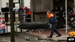 Сотрудник служб экстренного реагирования уносит тело погибшего при взрыве на станции Маальбек в Брюсселе. 23 марта 2016 года.