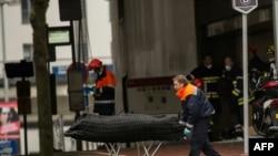 Через день после нападения в метро спасатель вывозит тело погибшего, 23 марта