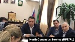 Защитники городского пляжа в Каспийске на встрече с мэром города, 7 марта 2017 года
