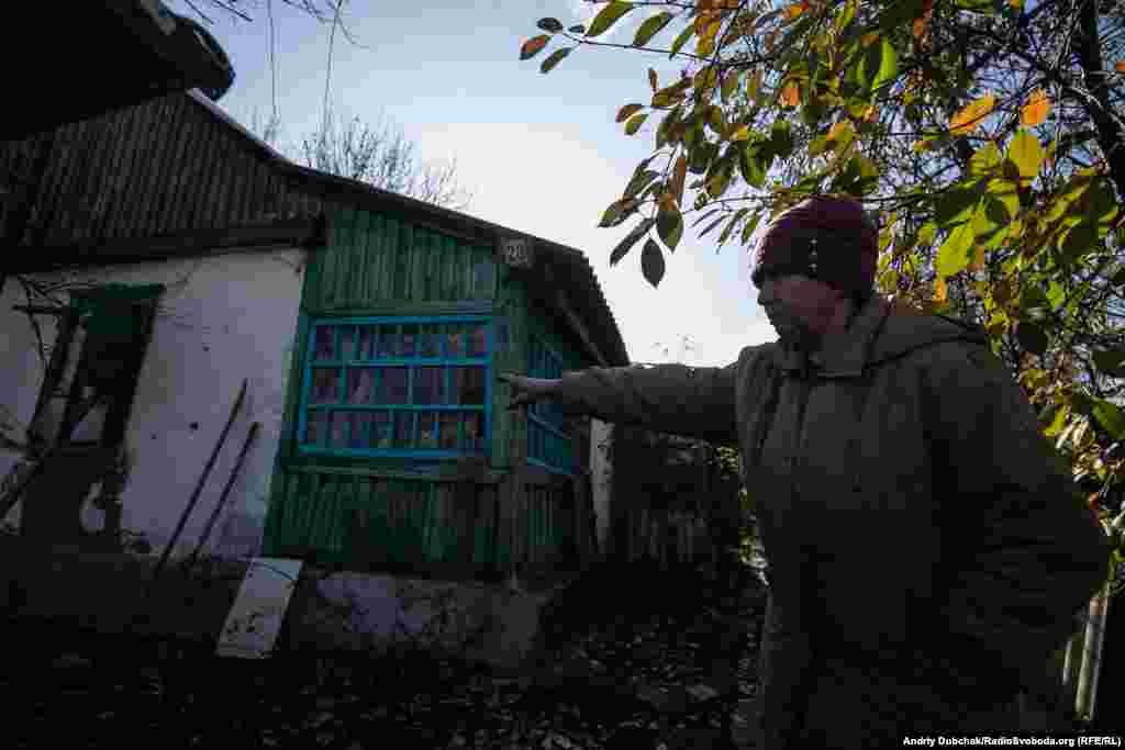 71-річна Любов Семенівна розповідає і показує нам наслідки обстрілу її хати зі стрілецької зброї кілька днів тому (28 жовтня). Кулі калібру 7,62 посікли стіни й дах