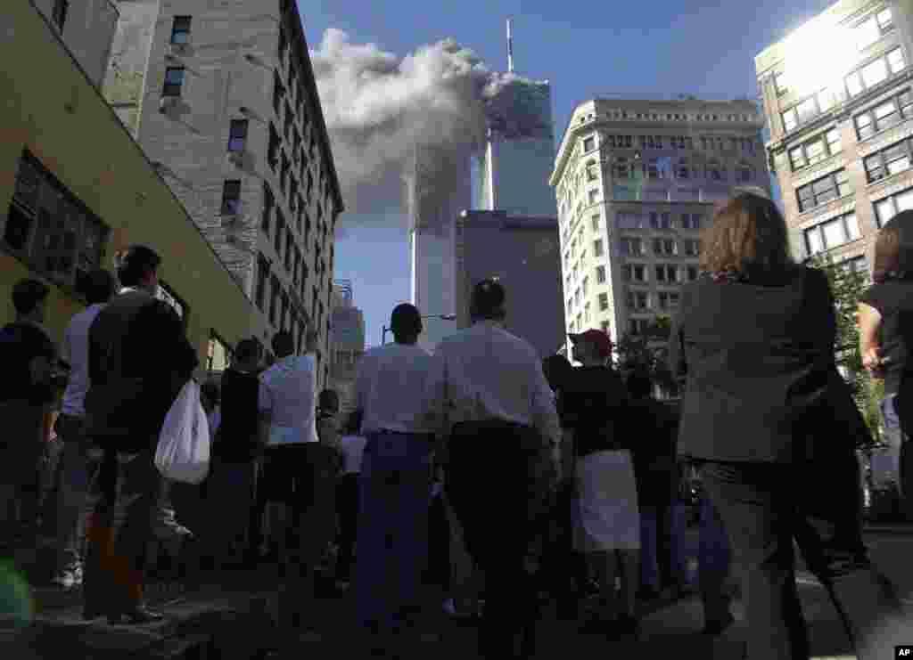 Людзі на вуліцы ніжняга Мангэтану ў часе нападу тэрарыстаў на Нью-Ёрк, 11 верасьня 2001 году.