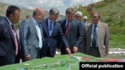 Алмазбек Атамбаев и Евгений Дод на запуске строительства Верхненарынского каскада ГЭС. 12 июня 2013 года.