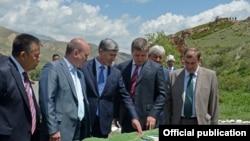 Президент Алмазбек Атамбаев (ортодо), Русгидронун башчысы Евгений Дод (оңдон экинчи) Нарындагы ГЭС курулуштарын талкуулоодо. 12-июнь, 2013-жыл