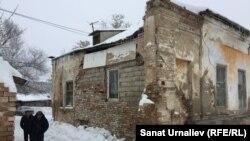 Аварийный дом 1868 года постройки. Уральск, 5 января 2017 года.