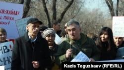 В центре (с микрофоном) один из организаторов экологического митинга гражданский активист Абай Ерекенов. Алматы, 29 февраля 2019 года.