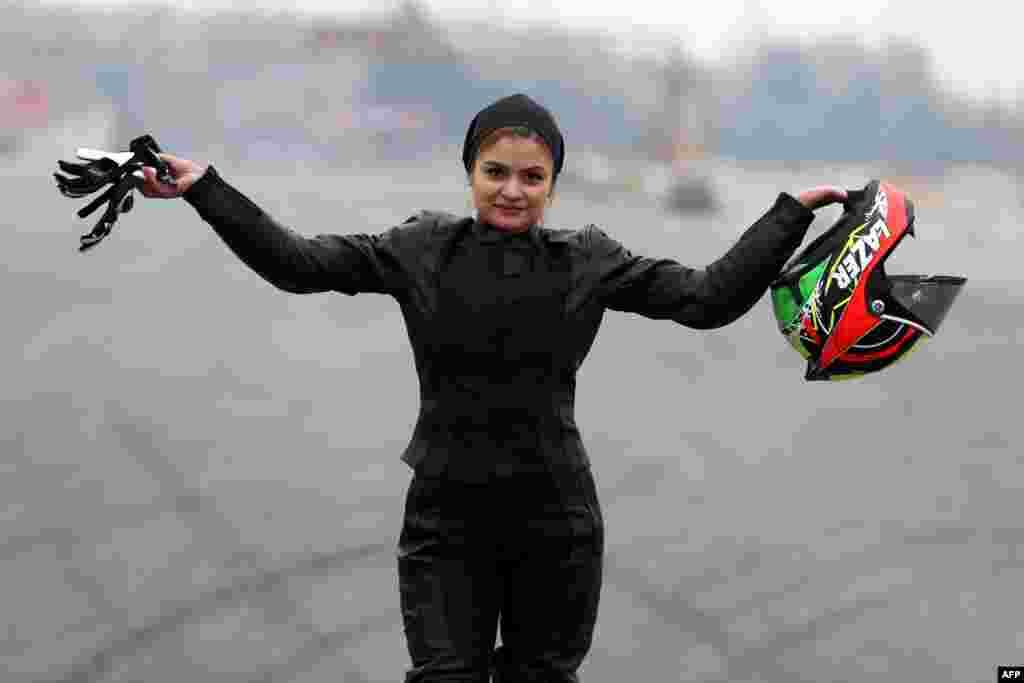 Бехназ Шафеи – 26 лет. Когда-то она была бухгалтером в одной из иранских компаний, но оставила свою работу, чтобы заниматься супербайком и мотокроссом. Она также вдохновляет других женщин Ирана на занятия этими видами спорта