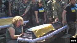 На похоронах украинских солдат, погибших в боевых действиях против сепаратистов. Луганская область, 28 июля 2014 года.