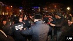 Евромәйдан тарафдарлары белән милиция арасында чуалышлар