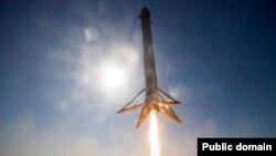 Перший ступінь ракети компанії Space-X здійснює вертикальну посадку на Землю в ході технічних випробувань, квітень 2016 року