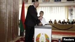 Аляксандар Лукашэнка з сынам Колем падчас парлямэнцкіх выбараў на выбарчым участку ў Менску, 23 верасьня 2012 году