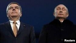 Президент России Владимир Путин вместе с президентом Международного олимпийского комитета Томасом Бахом