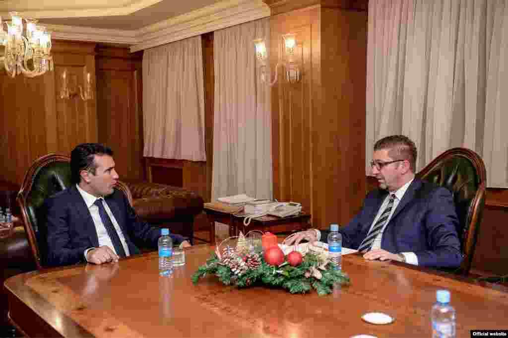 МАКЕДОНИЈА - Премиерот Зоран Заев ја прифаќа поканата на лидерот на ВМРО-ДПМНЕ Христијан Мицкоски за дуел на телевизија. Ова ќе биде прв дуел на лидерите на власта и опозицијата после повеќе од една деценија.