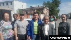 Роллан Машпиев (в центре), получивший арест на 15 суток «в связи с земельными митингами».