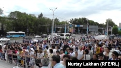 Люди, пришедшие на церемонию прощания c погибшими при вооруженном нападении 18 июля. Алматы, 20 июля 2016 года.