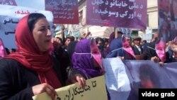 Участники акции протеста требуют правосудия по делу о жестоком убийстве женщины разъяренной толпой. Кабул, 23 марта 2015 года.