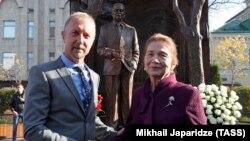 Татьяна Каримова с британским скульптором Полом Деем, создавшим памятник Каримову в Москве, 18 октября 2018 года.