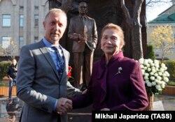 Britaniyalik haykaltarosh Pol Dey va Tatyana Karimova monument oldida.