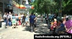 Донецьк, так звана «міграційна служба» угруповання «ДНР». Черга людей, які хочуть отримати російський паспорт