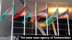 Türkmen we ermeni baýdaklary, TDH-nyň fotosuraty.