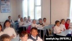 Нарын облусундагы бир мекетптин окуучулары.