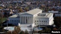 Вид на здание Верховного суда США.