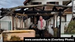 Milan Jovanović ispred svoje izgorele kuće