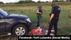 Затримання підозрюваного в організації злочинної групи з розкрадання бурштину (фото з Facebook Юрія Луценко)