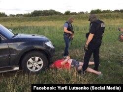 Затримання підозрюваного в організації злочинної групи по розкраданню бурштину (фото з Facebook Юрія Луценко)