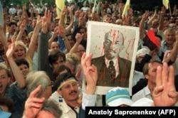Мітынг каля будынку ЦК КПУ на наступны дзень пасьля абвешчаньня незалежнасьці Ўкраіны. 25 жніўня 1991 г.