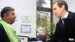 Министерот Диме Спасов и еден од 1.600 те лица вработени во Македонски шуми. работување на 1.600 лица од социјално ранливите категории во јавниот сектор