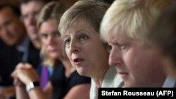 وزیر خارجه بریتانیا (راست) در کنار نخستوزیر این کشور