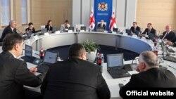 Премьер-министра к кадровым изменениям в правительстве подтолкнули два обстоятельства: успешное проведение местных выборов и ратификация договора об ассоциации Грузии с ЕС. Теперь, по словам Гарибашвили, правительству нужен другой темп работы