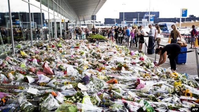 Цветы возле аэропорта Схипхол в память о погибших пассажирах