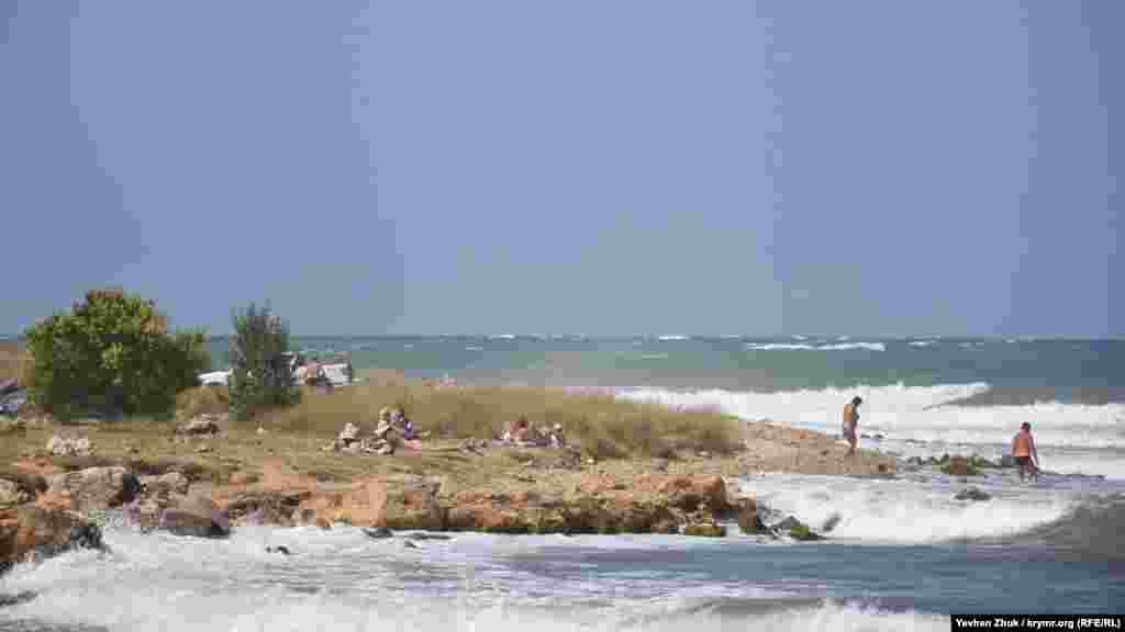 Незважаючи на штормову погоду, севастопольці сміливо заходять у воду