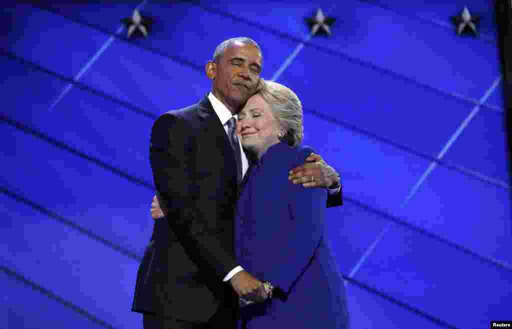 E emëruar nga demokratët për presidente, Hillary Clinton përqafon president e SHBA-së, Barack Obama, në skenë, në fund të fjalës së tij në natën e tretë të Konventës së Demokratëve, në Filadelfia më 27 korrik.