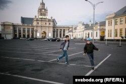 Дзеці ўцекачоў каля вакзалу