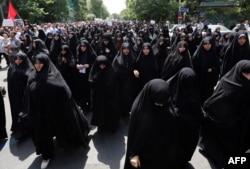 Ирандағы консервативтік қатаң саясатты қолдайтын әйелдердің шеруі. Тегеран, 16 мамыр 2014 жыл.