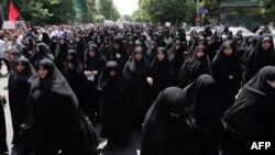 Сторонники жесткого курса проводят демонстрацию после пятничной молитвы. Тегеран, 16 мая 2014 года.