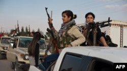 Вооруженные повстанцы проезжают по улицам захваченного ими города Дерик. Сирия, 15 ноября 2012 года.