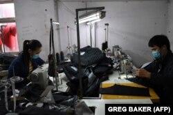 Работники текстильной фабрики в окрестностях Пекина. Фотография использована в иллюстративных целях.